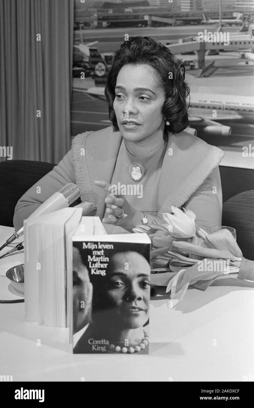 Coretta Scott King (1927-2006), veuve de Martin Luther King, Jr., à l'aéroport d'Amsterdam Schiphol le 10 février 1970 avec son livre, ma vie avec Martin Luther King, traduit en néerlandais. Banque D'Images