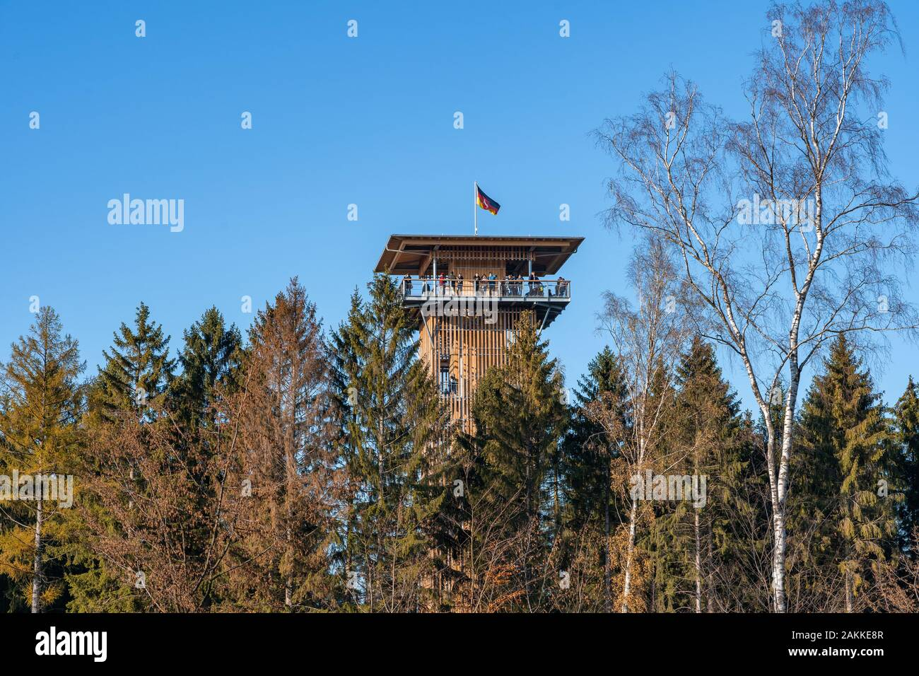 Luneberg, Allemagne - 10 Nov 2019: les touristes jusqu'à l'oublier dans la tour de Heide Wildlife Park avec drapeau allemand sur le dessus Banque D'Images