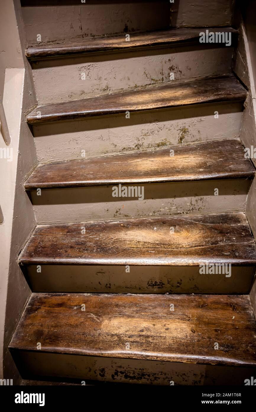 Vernis Pour Marche Escalier un ancien escalier avec des marches en bois avec un vernis