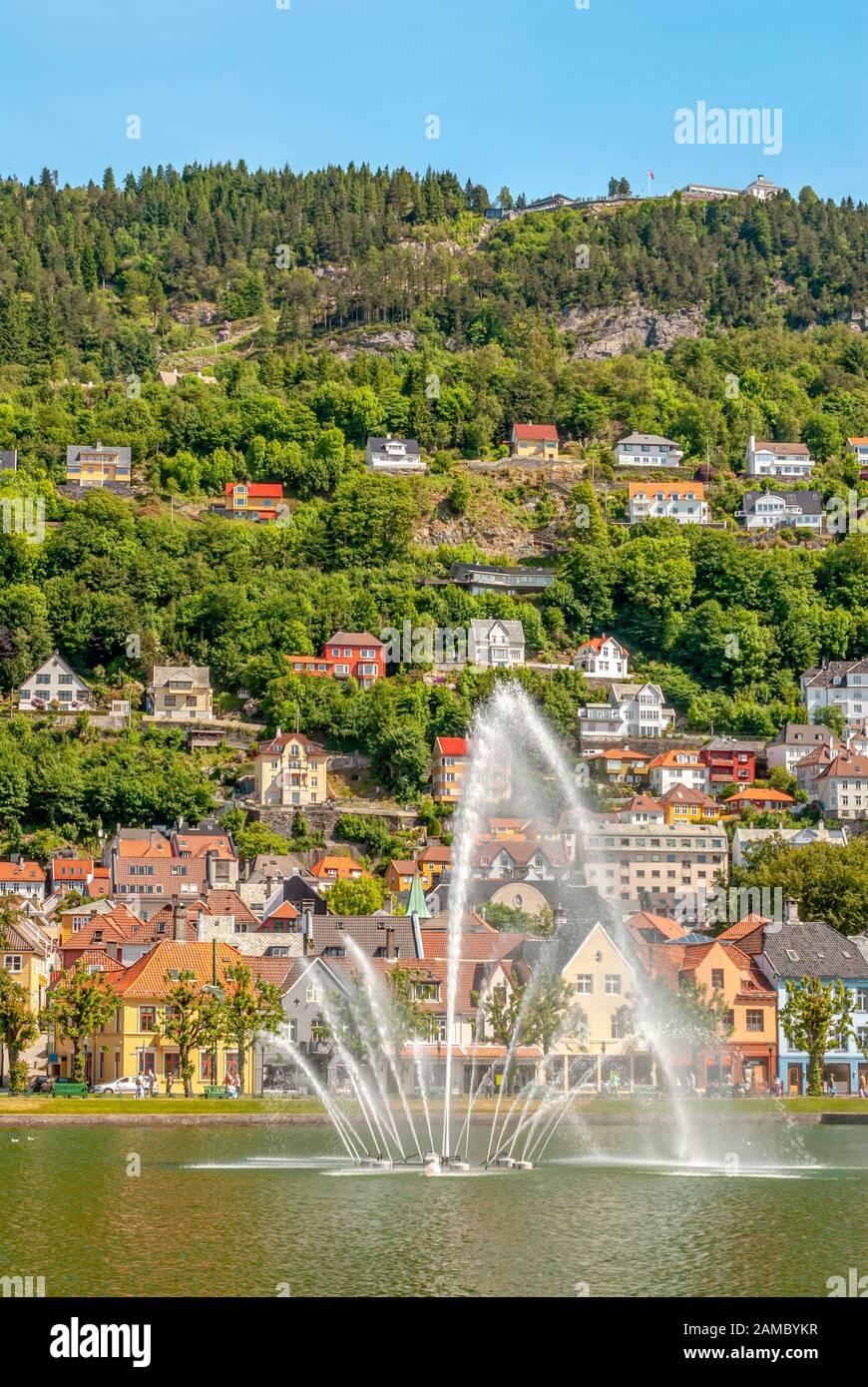Fontaine à Lille Lungegardsvannet lake au centre-ville de Bergen, Norvège Banque D'Images