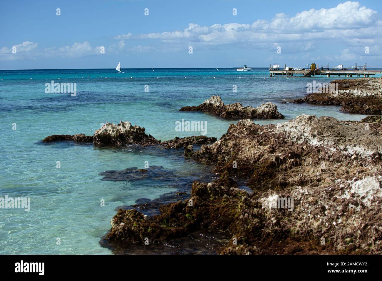 Côte rocheuse dans la mer des caraïbes Banque D'Images