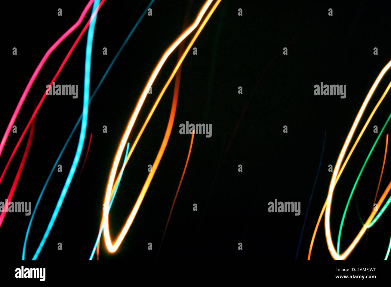 Lignes de couleur multicolores peinture claire du feu dans l'obscurité. Gros plan sur la vue d'arrière-plan de nuit noire. Espace de copie de texte. Concept de fête Banque D'Images