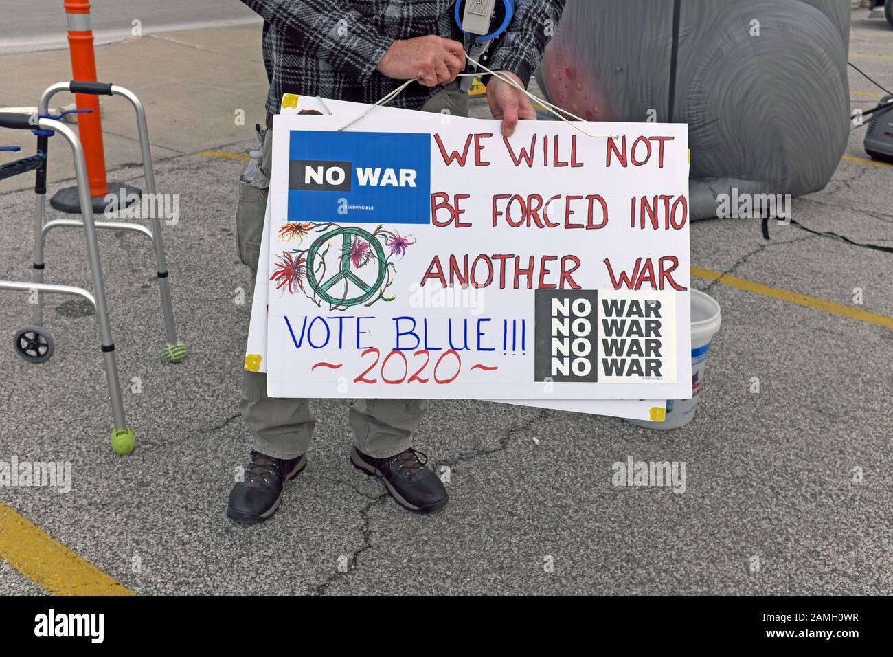"""Un anti-GOP street manifestant est titulaire d'un """"pas de guerre"""" en réponse à l'attaque de l'Iran. """"Nous ne seront pas contraints à une autre guerre vote Blue 2020"""" Banque D'Images"""