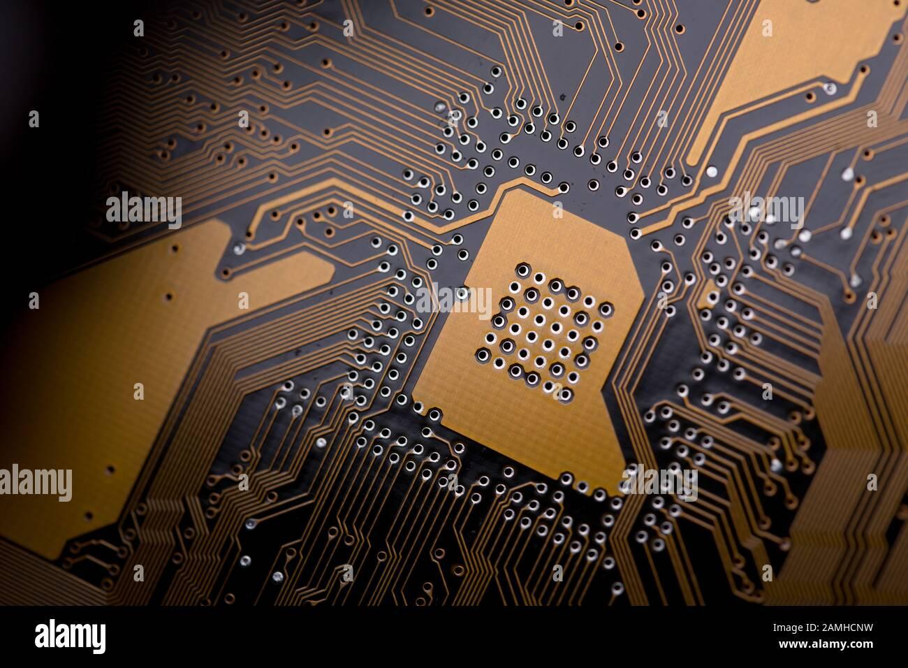Texture d'arrière-plan abstraite de la carte de circuits imprimés. Macro gros plan. Ci orange. Son effet délavé est coupé. Banque D'Images