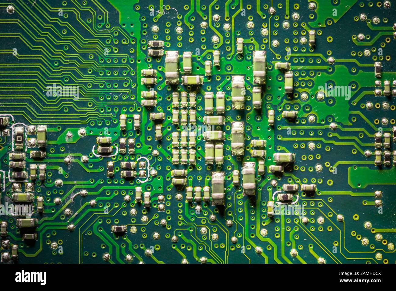 Carte de gros plan avec micro-puces provenant d'un appareil électrique ou d'un ordinateur. Concept de technologie moderne. Concept d'électronique et de micropuces. CMS Banque D'Images