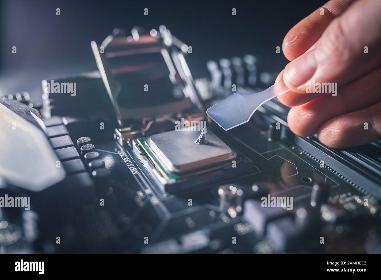 Application de pâte thermique sur la puce du processeur pour ordinateur portable pour un refroidissement de haute qualité. Épandage de composé thermique pour des performances de refroidissement iprprouver. Mise À Niveau Banque D'Images