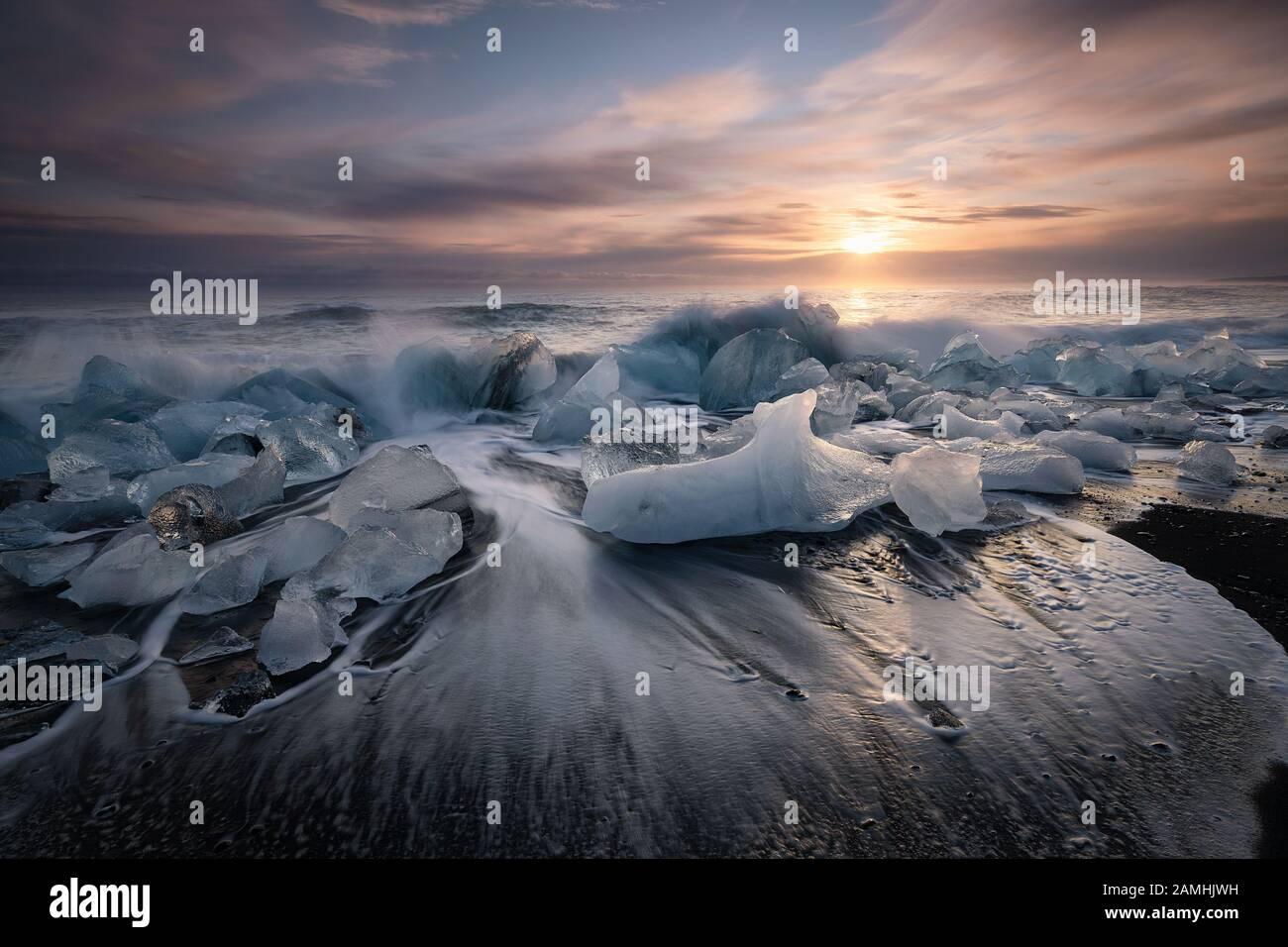 Plage de diamants, blocs de glace dans une plage de sable noir Banque D'Images