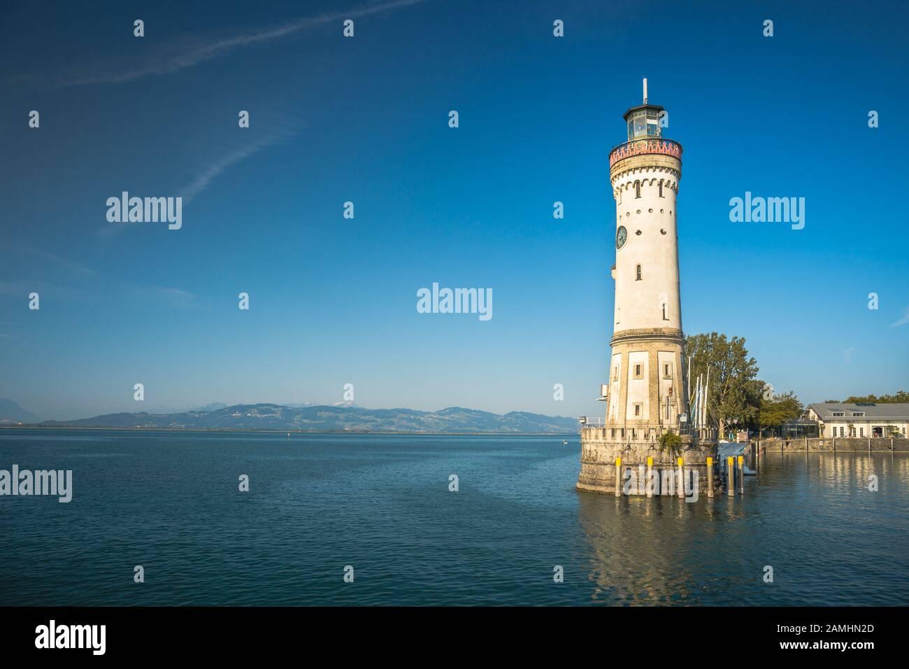 Phare historique dans le port de Lindau, Bavière. Une ville en Allemagne, sur une île au milieu du lac de Constance. Alpes en arrière-plan Banque D'Images