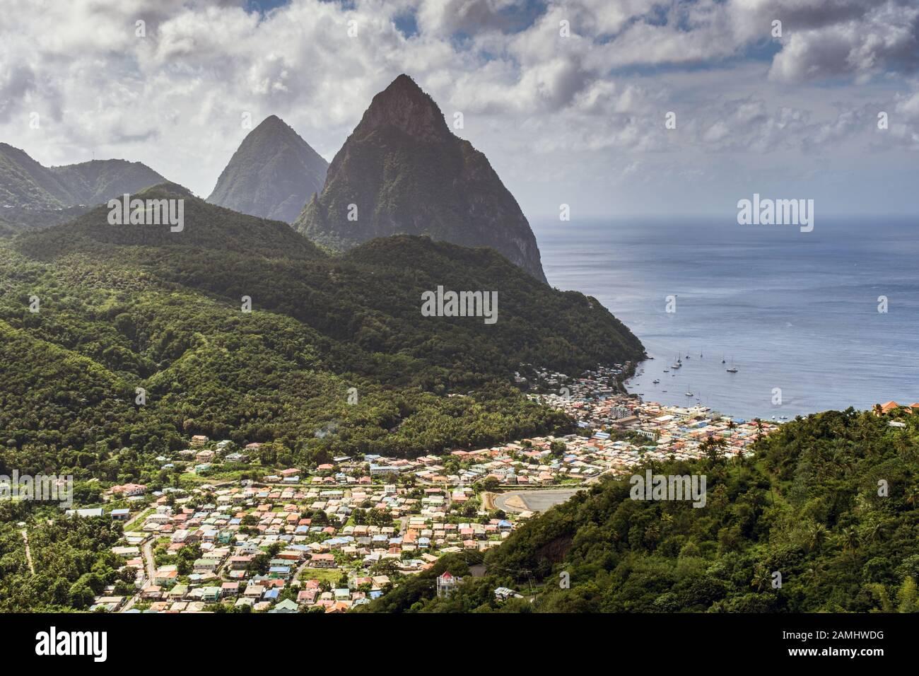 Vue sur Soufriere, avec les deux sommets des montagnes Piton derrière, Sainte-Lucie, Antilles, Caraïbes Banque D'Images