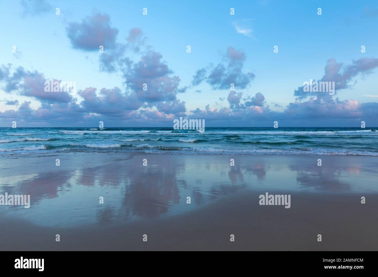 Australie, Yamba, Nouvelle-Galles du Sud, Pippi Beach, nuages reflétés dans le surf Banque D'Images