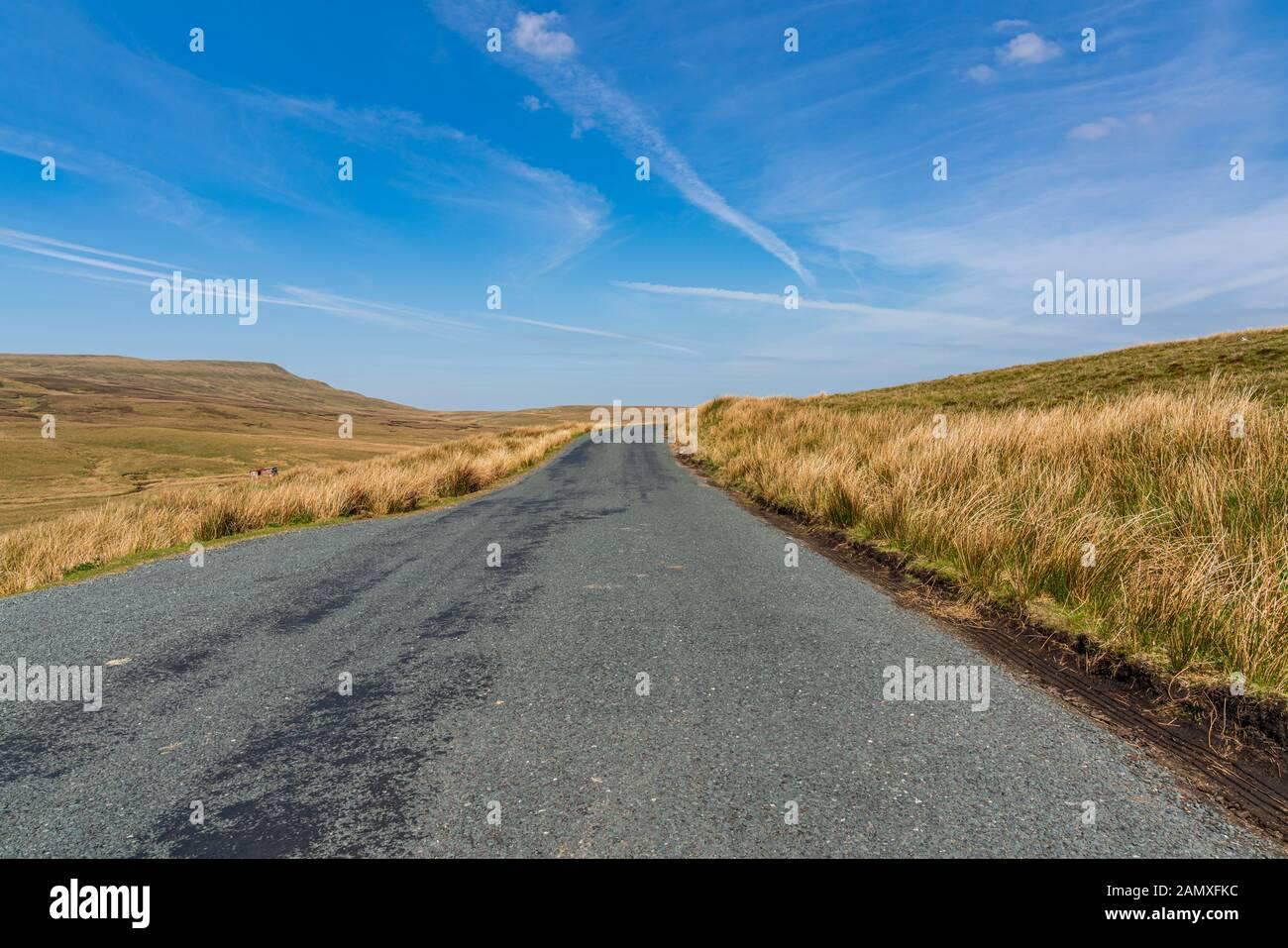 La conduite dans le Yorkshire Dales sur la route B6270 entre Nateby et Birkdale, North Yorkshire, England, UK Banque D'Images