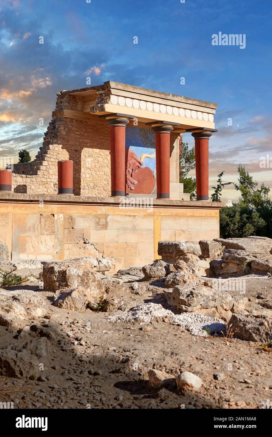 Minoan de l'entrée nord Propylaeum avec ses taureaux peints de chargement, site archéologique du palais de Knossos, Crète Banque D'Images