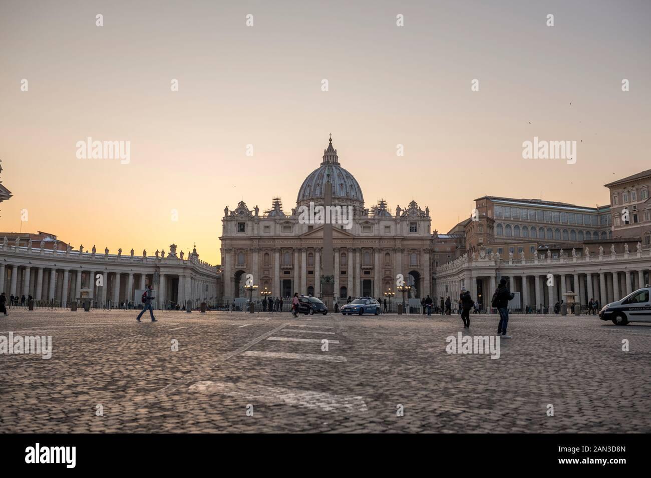 Vatican, Italie, Février 2018 -La Basilique Papale de Saint Pierre au Vatican - Basilique Papale di San Pietro in Vaticano - au crépuscule. Banque D'Images