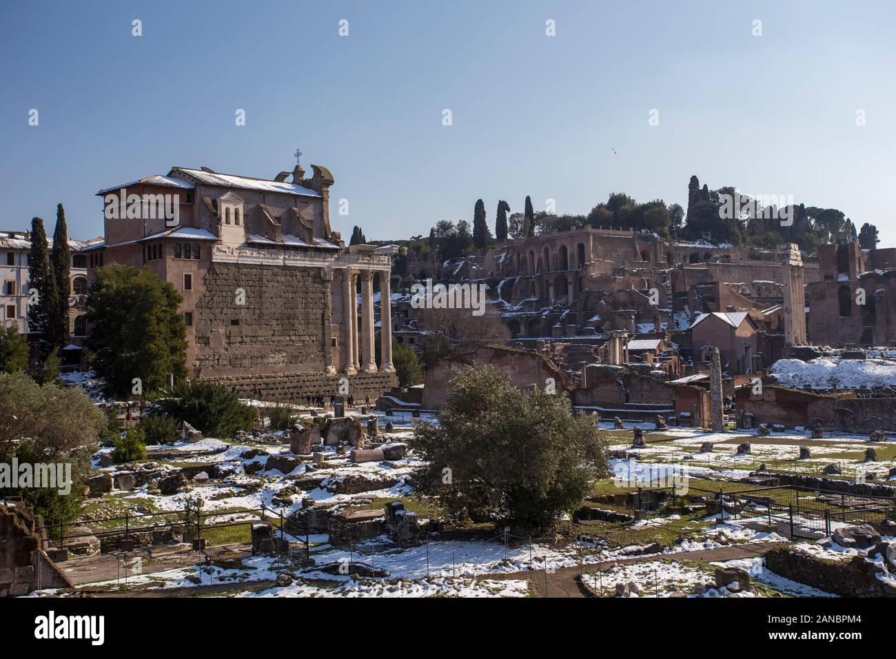 Rome, Italie, février 2018 - neige a couvert Rome, tourisme d'hiver dans la capitale de l'Italie, célèbre destination de voyage en hiver. Forum Romanum avec neige. Banque D'Images