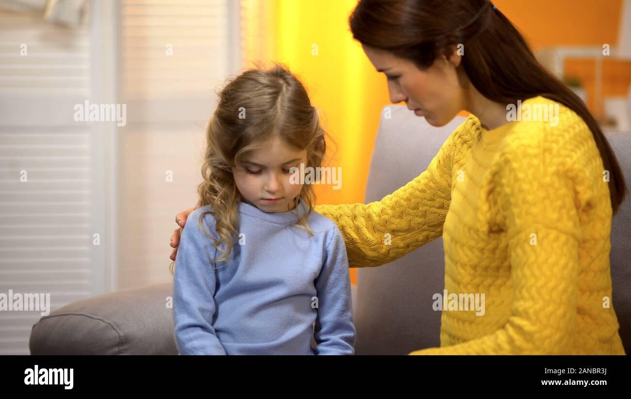 Maman pour la petite fille, lui donner des conseils sur des problèmes à l'école, aux soins Banque D'Images