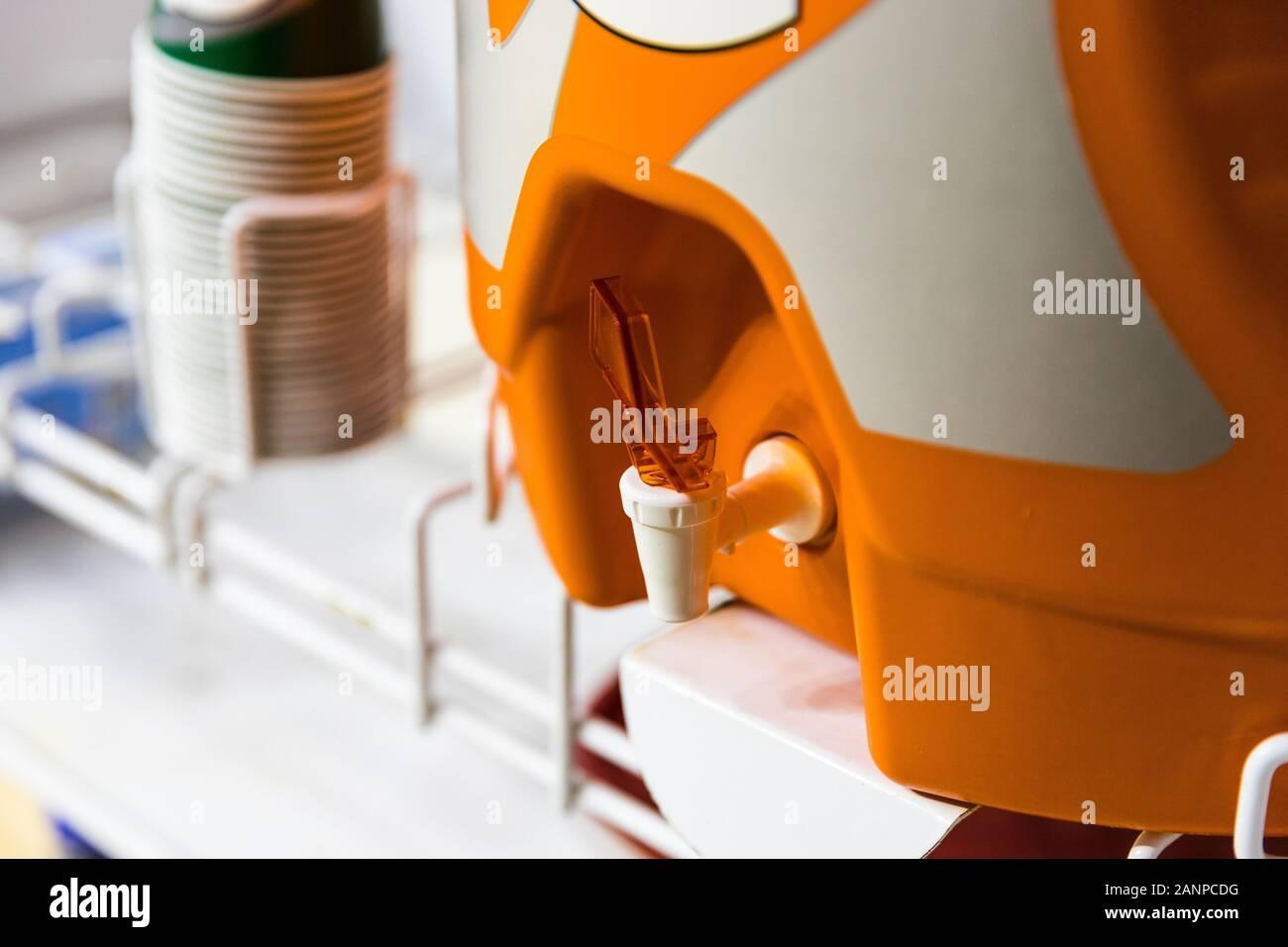 Refroidisseur d'eau orange utilisé pour hydrater les athlètes lors d'événements sportifs Banque D'Images