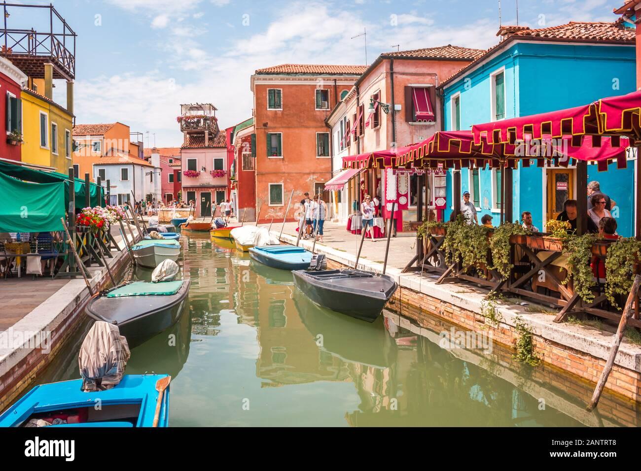 Canal de rue sur l'île de Burano, Venise, Italie, juillet 2012 - Canal étroit parmi les vieilles maisons en briques colorées à Burano, Venise. Carte postale de Burano Banque D'Images