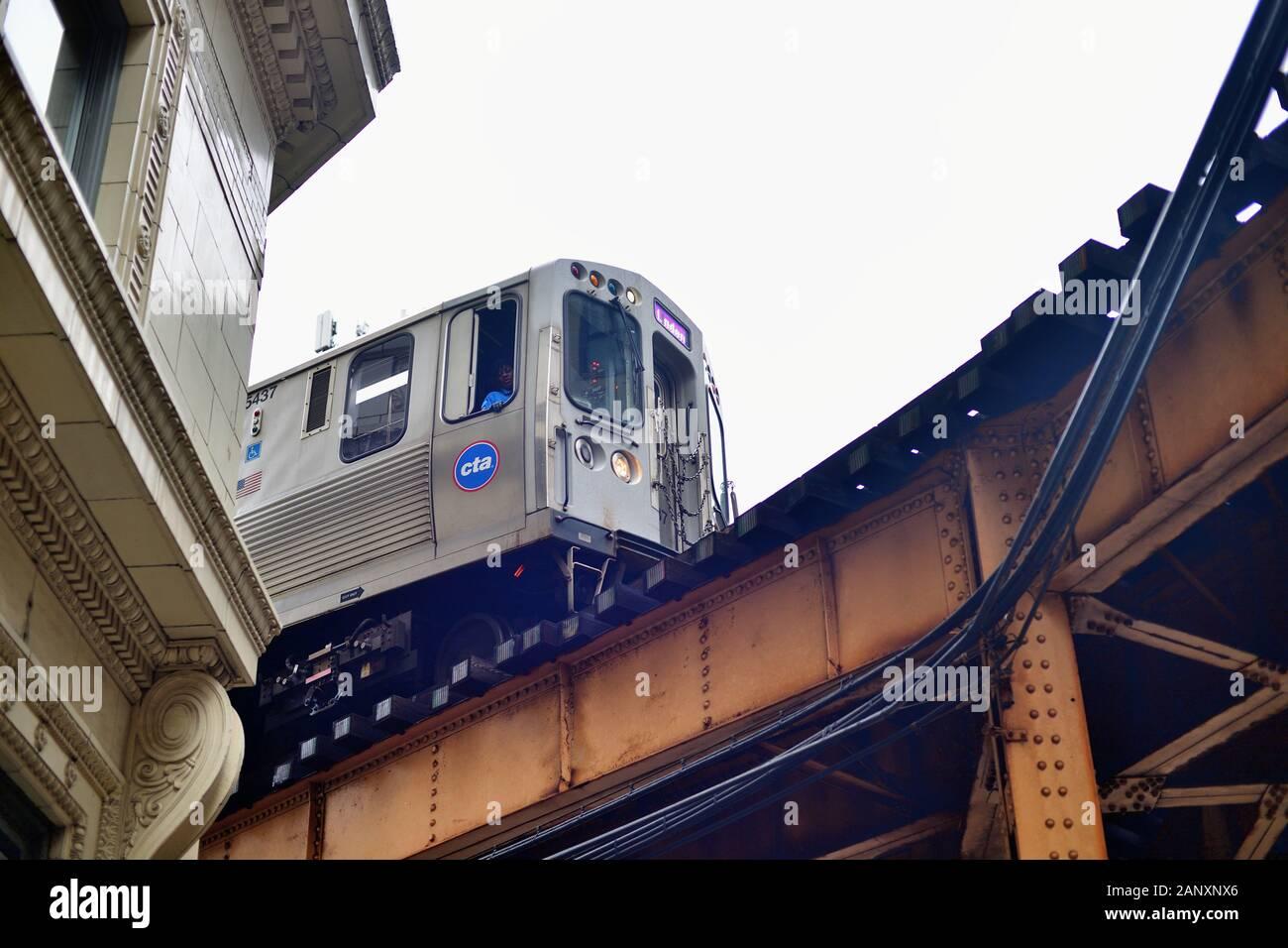 Chicago, Illinois, USA. Une ligne violette CTA train élevé rend le virage serré à partir de au-dessus de Van Buren Street à Wells Street sur le célèbre Chicago Loop. Banque D'Images