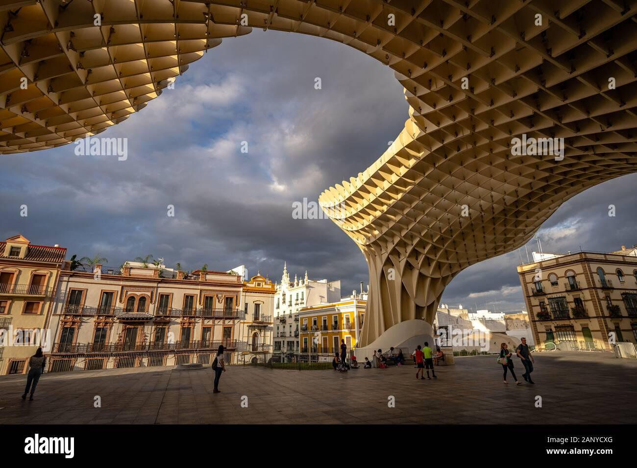 Séville, Espagne - Séville - Champignons en bois avec une structure sculpturale du musée archéologique, du passage sur le toit et vue Banque D'Images
