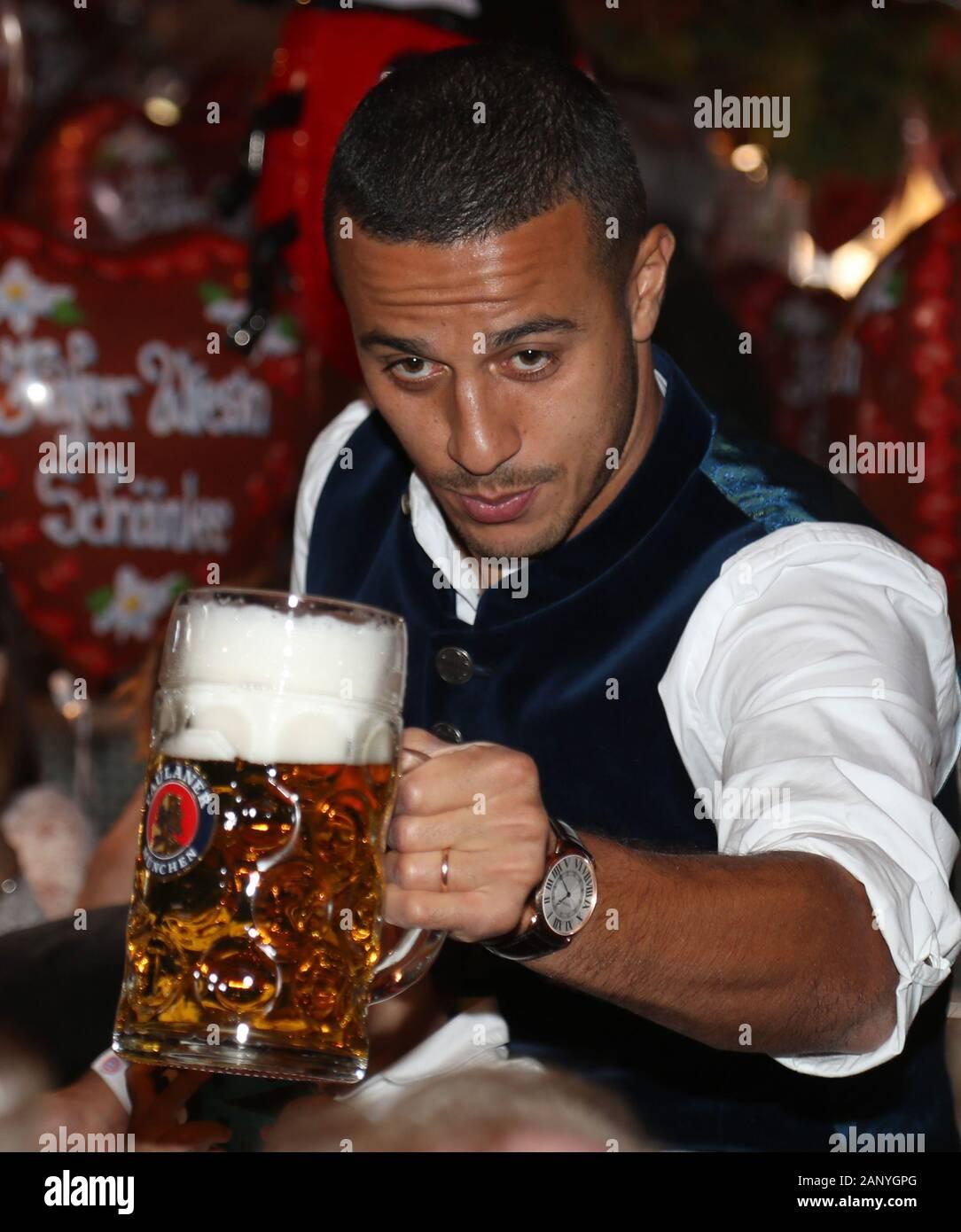 Thiago ALCANTARA (FCB) est une bière de levage. Football FC Bayern Munich, l'Oktoberfest traditionnelle visite à la Kaefer Schenke, le 6 octobre 2019 à Munich/Allemagne. Dans le monde d'utilisation | Banque D'Images
