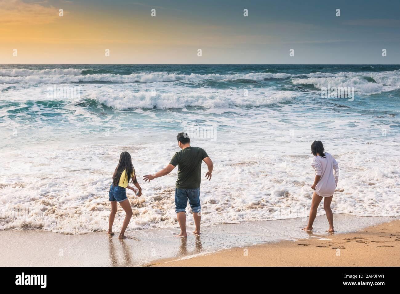 Les vacanciers s'amusant sur la plage de Fistral à Newquay en Cornouailles. Banque D'Images
