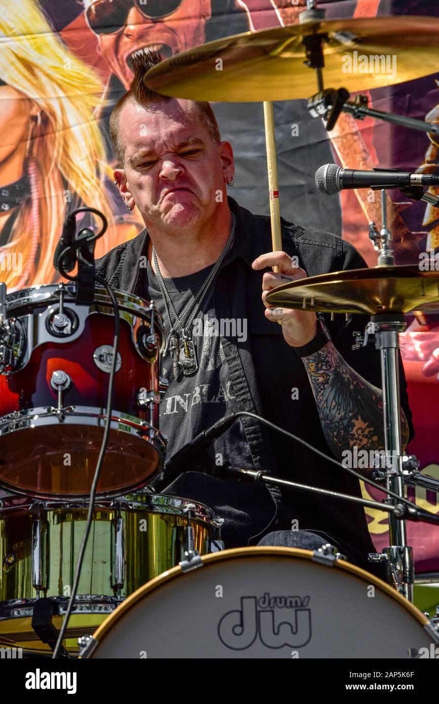 Bullet Boys batteur, Anthony 'Tiny' Biuso, derrière le kit de batterie sur scène à la ride pour Ronnie Concert de charité Banque D'Images