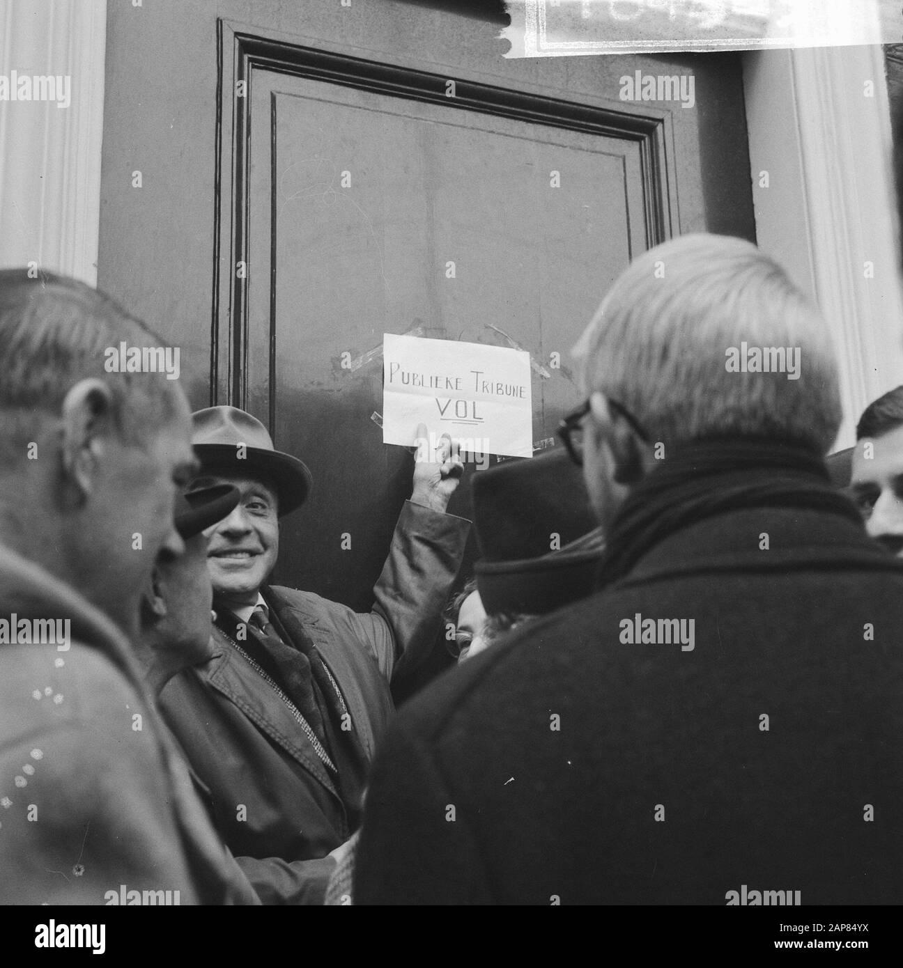 Examen de la Loi Sur Le Consentement au mariage de la princesse Beatrix et Claus von Amsberg dans la Chambre Description: Signe montrant que la galerie publique est pleine Date: 10 novembre 1965 lieu: Den Haag, Zuid-Holland mots clés: Parlementiare débats, public institution name: House Banque D'Images