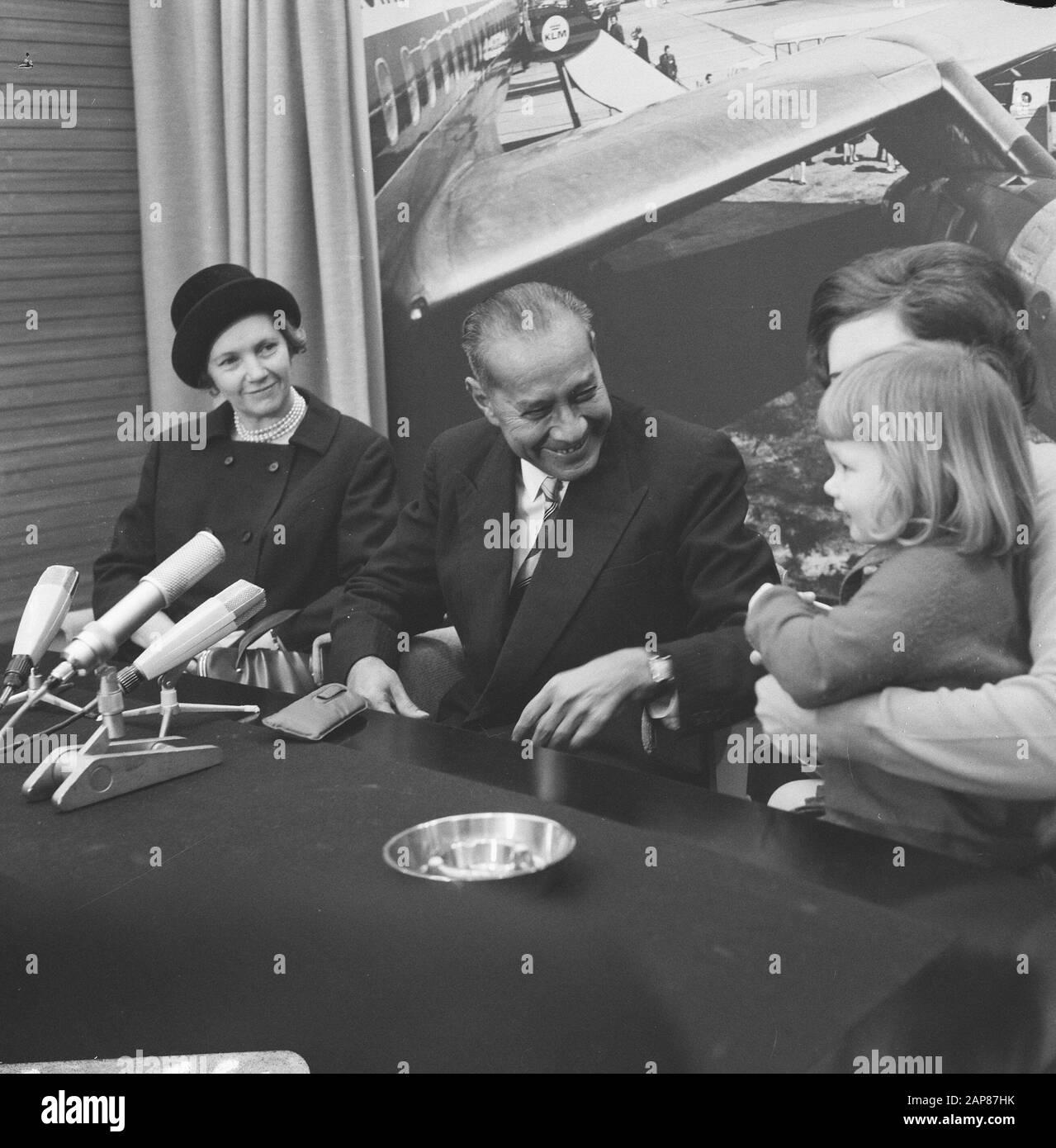 Arrivée Sultan Hamid à l'aéroport de Schiphol, pendant la conférence de presse Date: 29 décembre 1966 lieu: Noord-Holland, Schiphol mots clés: Arrivées, conférences de presse Nom personnel: Hamid II Banque D'Images