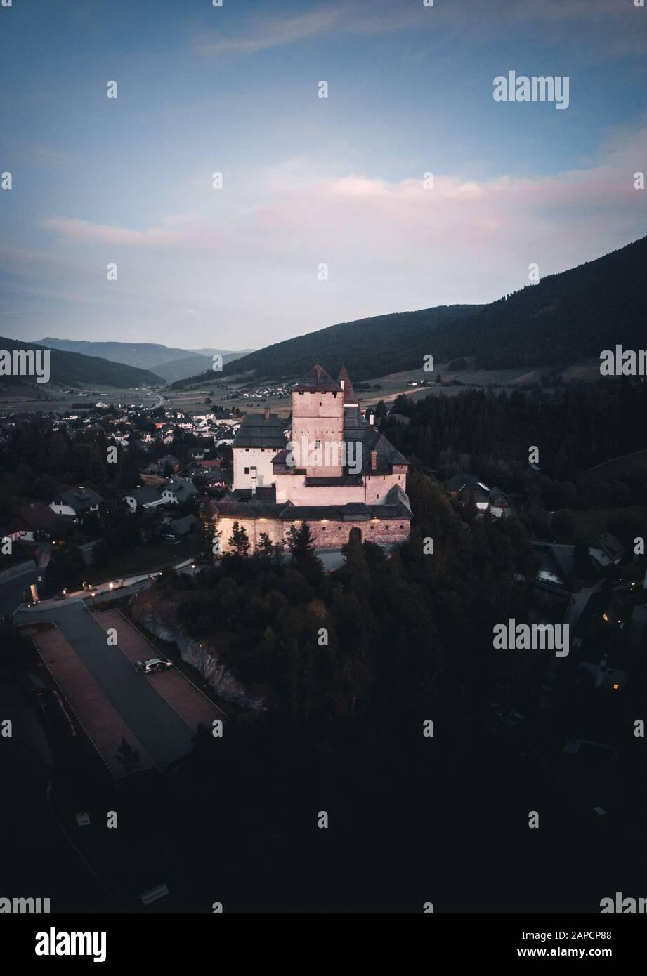 Panorama vertical de Burg Mauterndorf (château de Mauterndorf), Salzbourg, Autriche Banque D'Images