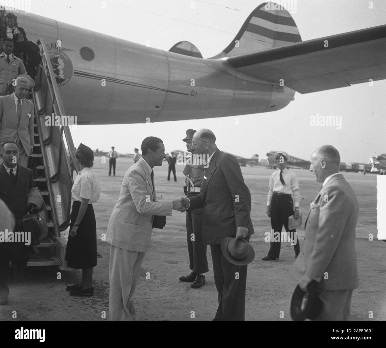 Arrivée Sultan Hamid À L'Aéroport De Schiphol. Salutation par le ministre Maarseeveen Date: 6 août 1949 mots clés: Arrivée, salutations Nom personnel: Hamid II, Maarseveen, J.H. van Banque D'Images