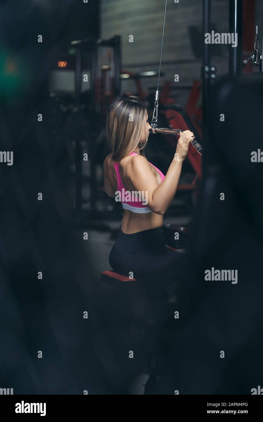 Femme bodybuilder dans la salle de gym Banque D'Images