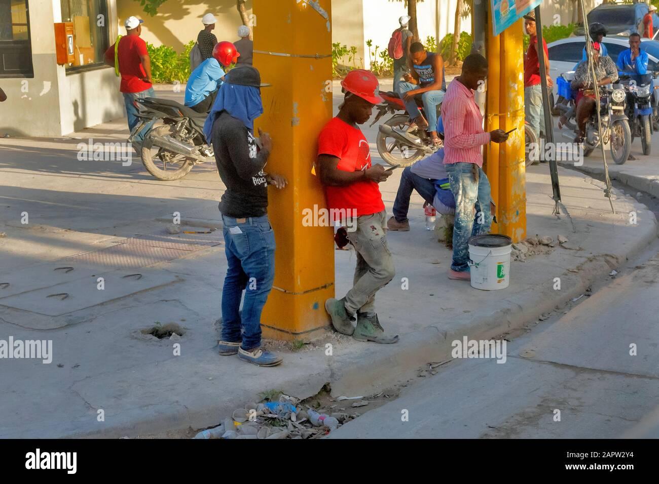 Travailleurs dans la rue en attente de transport, République dominicaine Banque D'Images