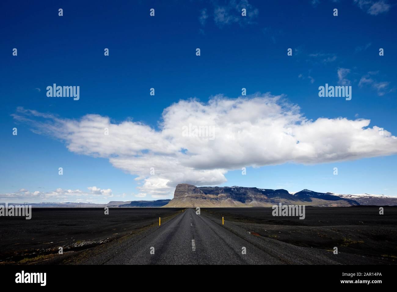 conduite le long du périphérique hringvegur à travers le sable de skeidarsandur plaines et les plates de cendres sud de l'islande Banque D'Images