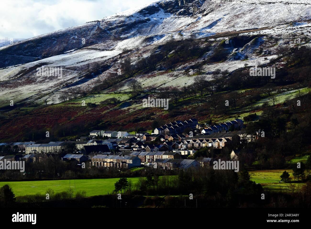 Ancien village minier de Wyndham dans la vallée supérieure d'Ogmore, avec une chute de neige d'une nuit sur les collines derrière, Mid Glamourgan, Pays de Galles du Sud, Royaume-Uni Banque D'Images
