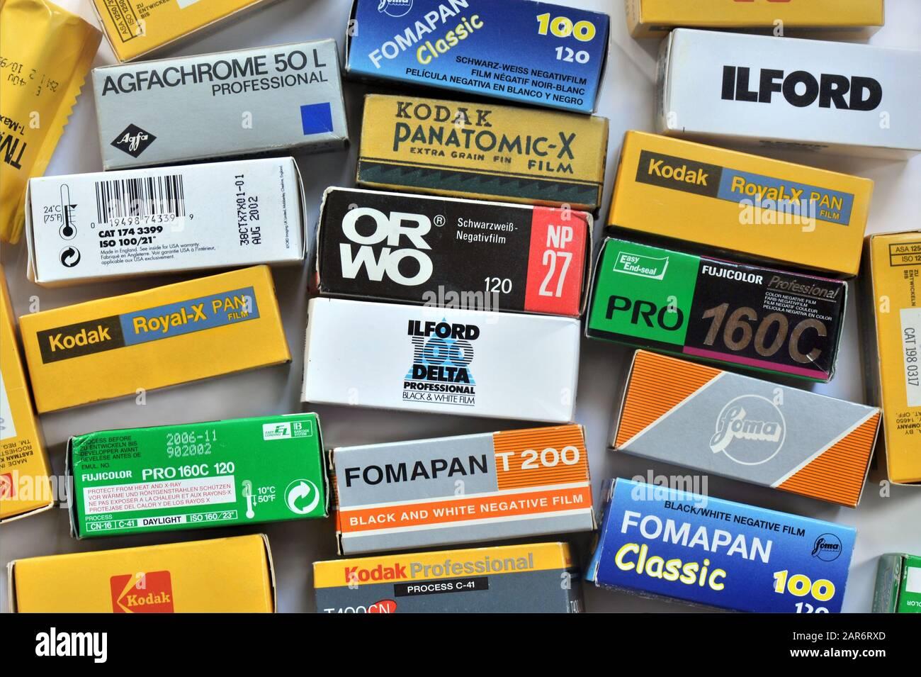 Collection de divers films négatifs vintage dans des boîtes, équipements pour caméras analogiques de format moyen Banque D'Images