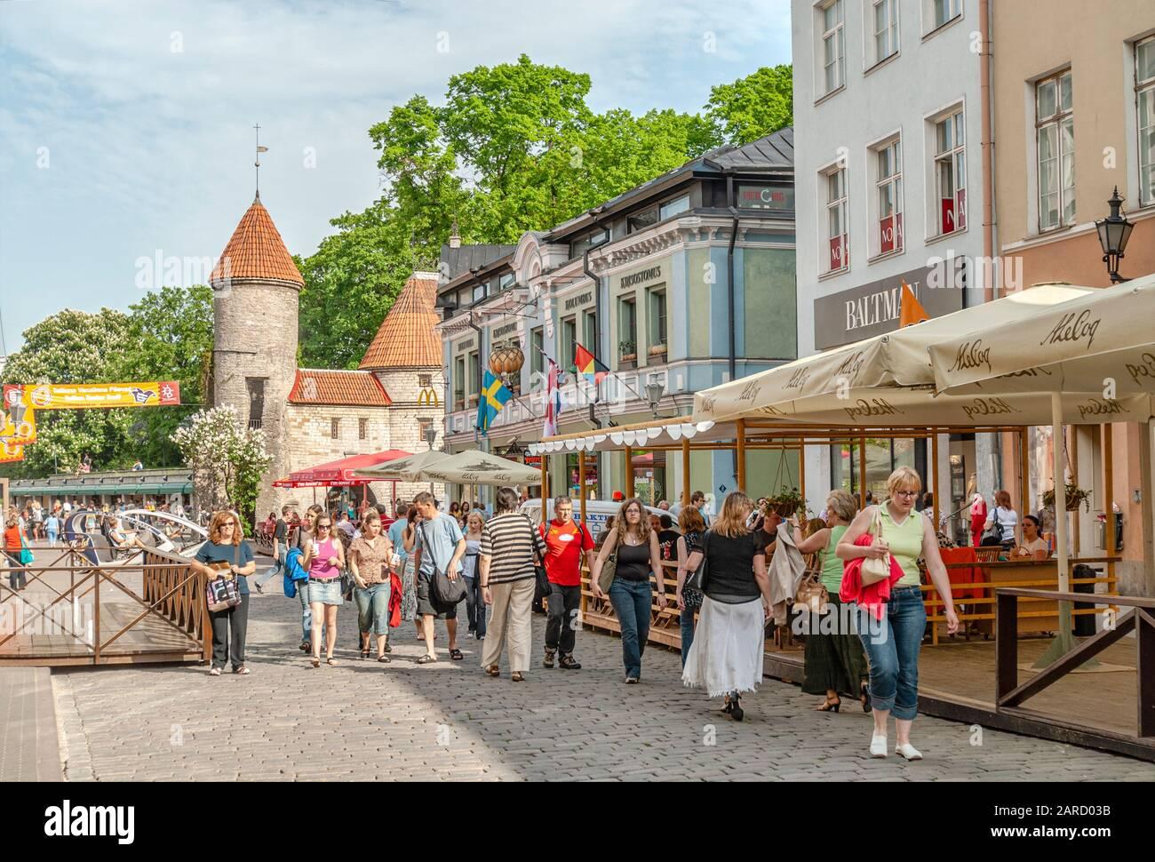 Les habitants et les touristes de la vieille ville historique de Tallinn, Estonie Banque D'Images