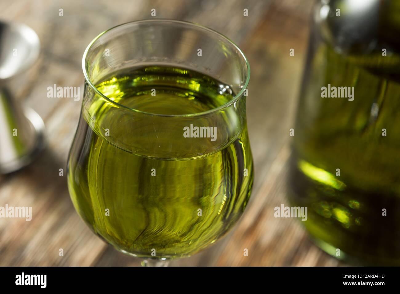 Liqueur verte de Chartreuse biologique dans un verre Banque D'Images