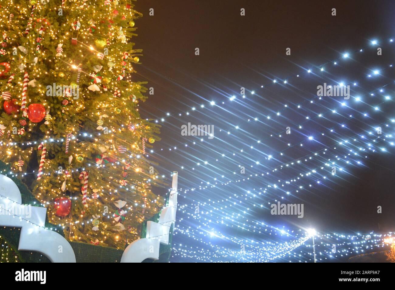 https://c8.alamy.com/compfr/2arf9a7/le-soir-et-la-nuit-l-arbre-de-noel-brille-avec-des-lumieres-dans-la-ville-en-hiver-floute-2arf9a7.jpg