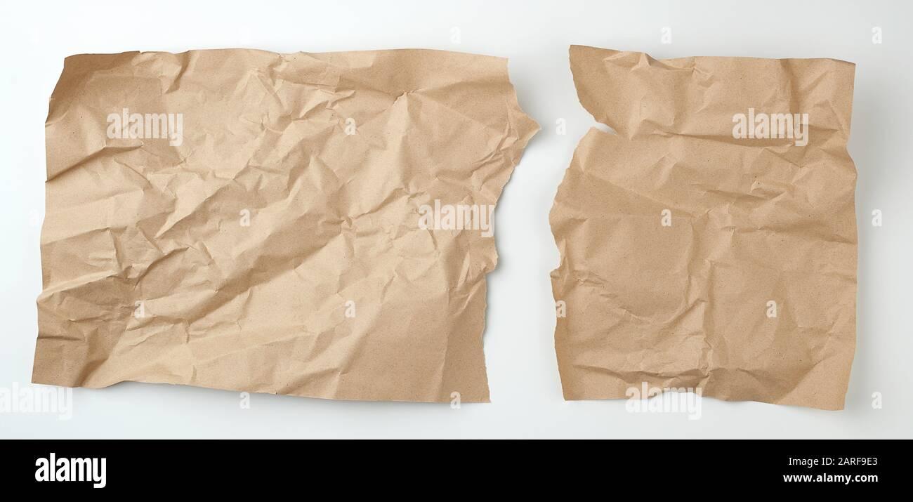 nettoyez la feuille de papier d'artisanat marron déchirée sur un fond blanc, modèle pour le concepteur. Banque D'Images