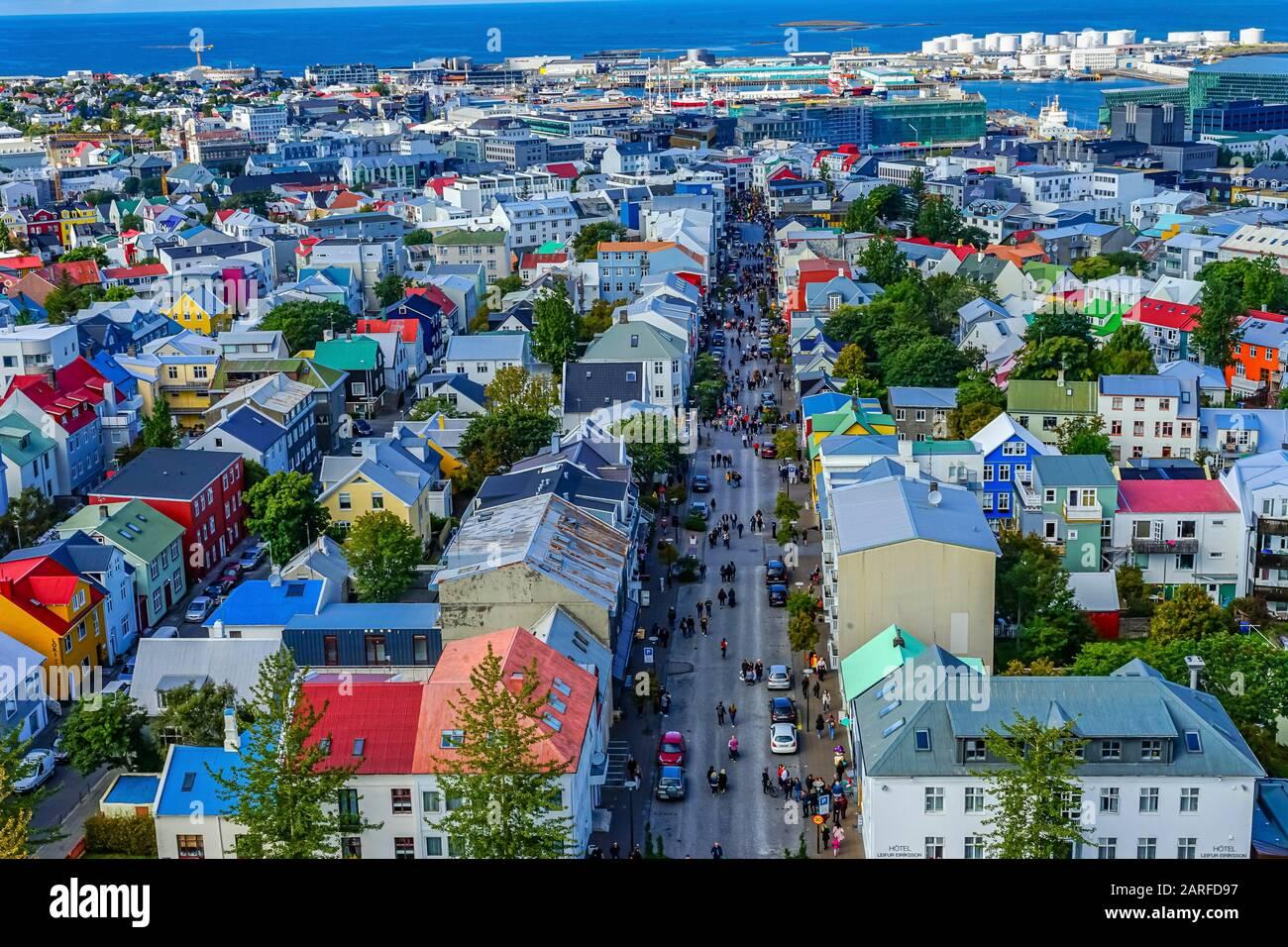 Maisons Rouges Et Vertes Colorées Voitures Rues Commerçantes Port Reykjavik Islande. Banque D'Images