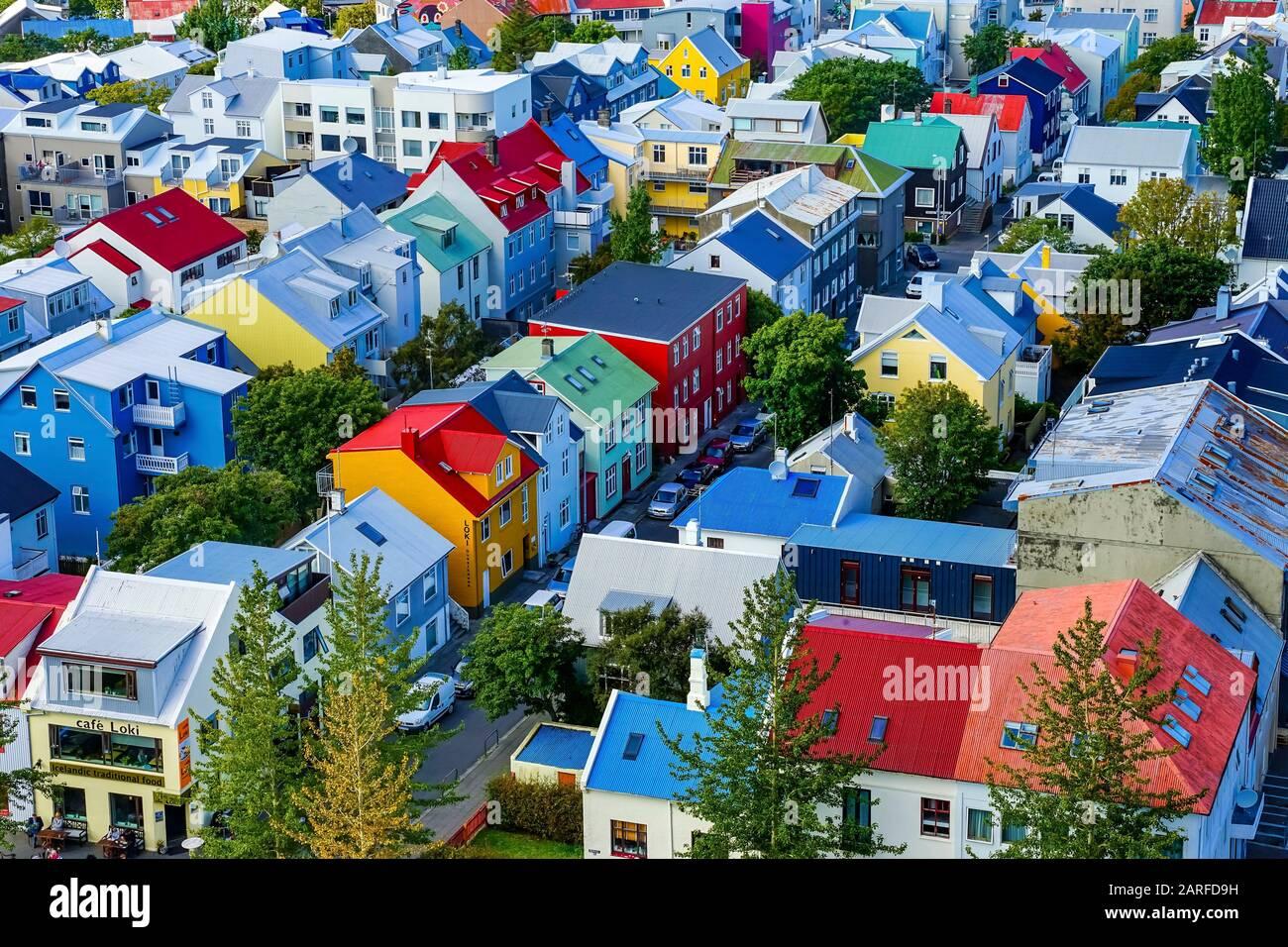 Maisons Rouges Et Vertes Colorées Jaune Voitures Rues Reykjavik Islande. La plupart des maisons sont en métal ondulé. Banque D'Images