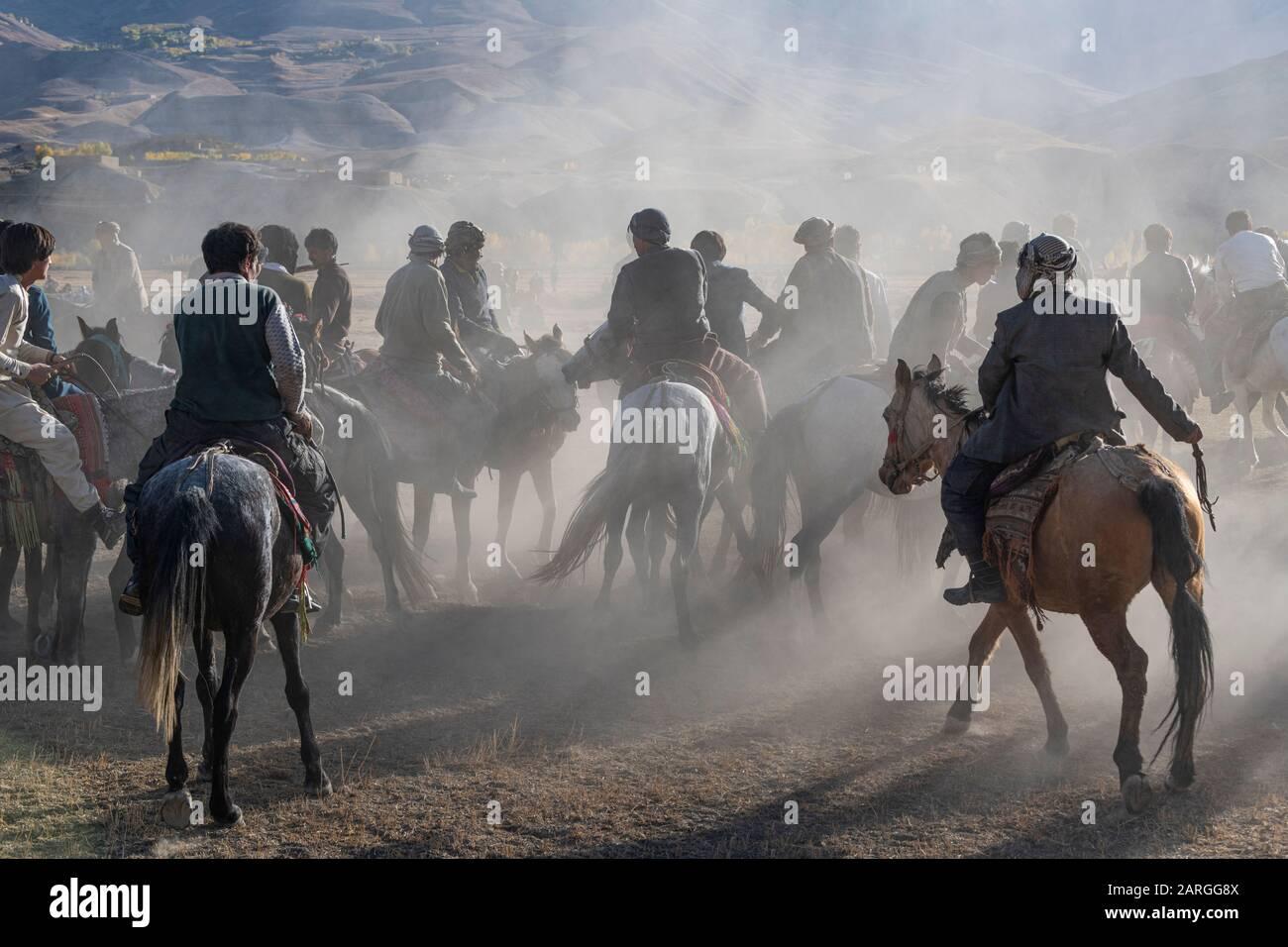 Hommes pratiquant un jeu traditionnel de Buzkashi, Yaklawang, Afghanistan, Asie Banque D'Images