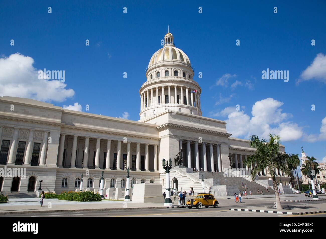 Bâtiment Du Capitole Avec Vieille Voiture Classique, Vieille Ville, Site Classé Au Patrimoine Mondial De L'Unesco, La Havane, Cuba, Antilles, Caraïbes, Amérique Centrale Banque D'Images