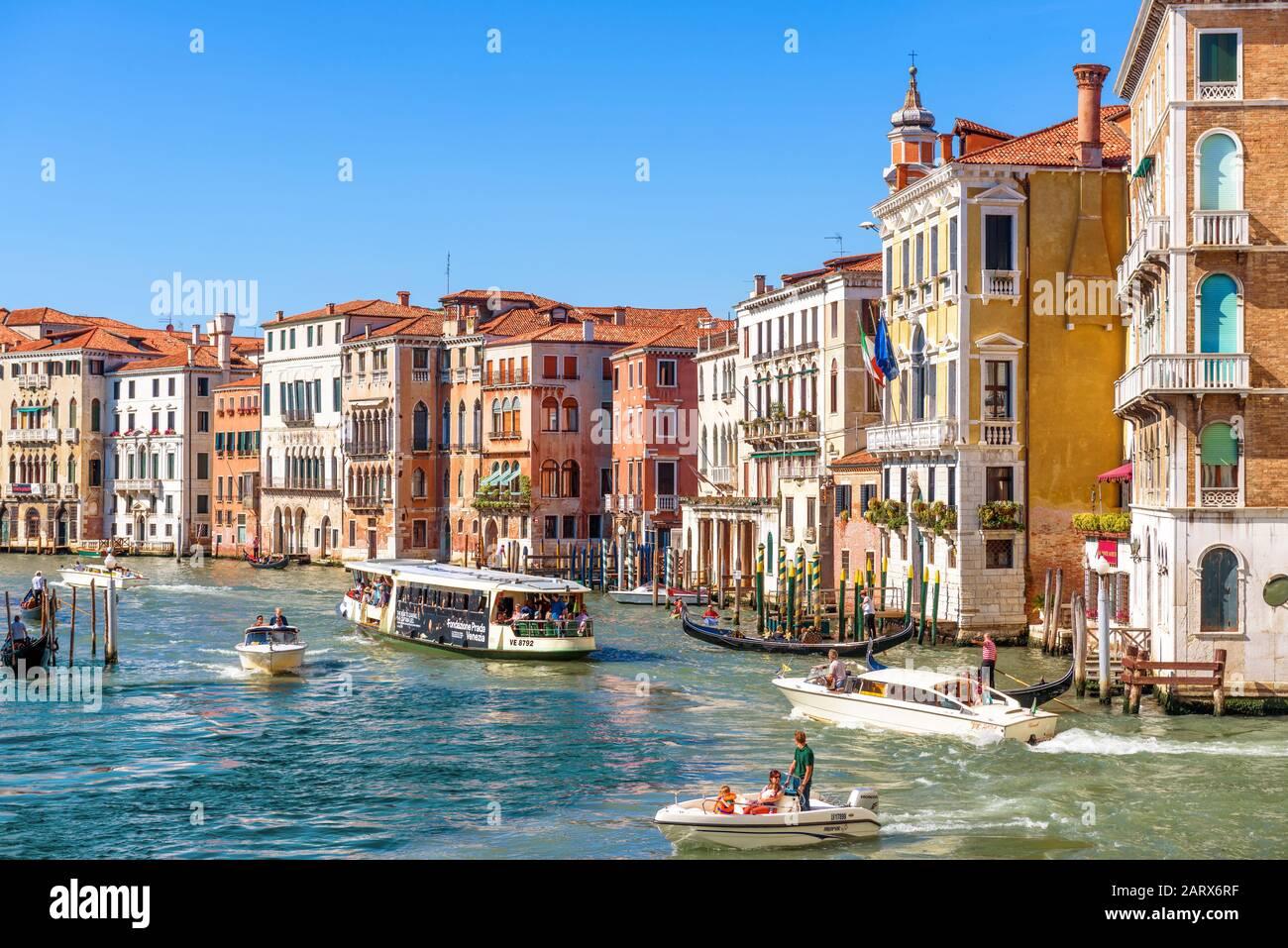 Venise, Italie - 21 mai 2017 : panorama ensoleillé du Grand Canal avec bateaux touristiques à Venise. Le Grand Canal est l'une des principales attractions touristiques de Venise. Banque D'Images