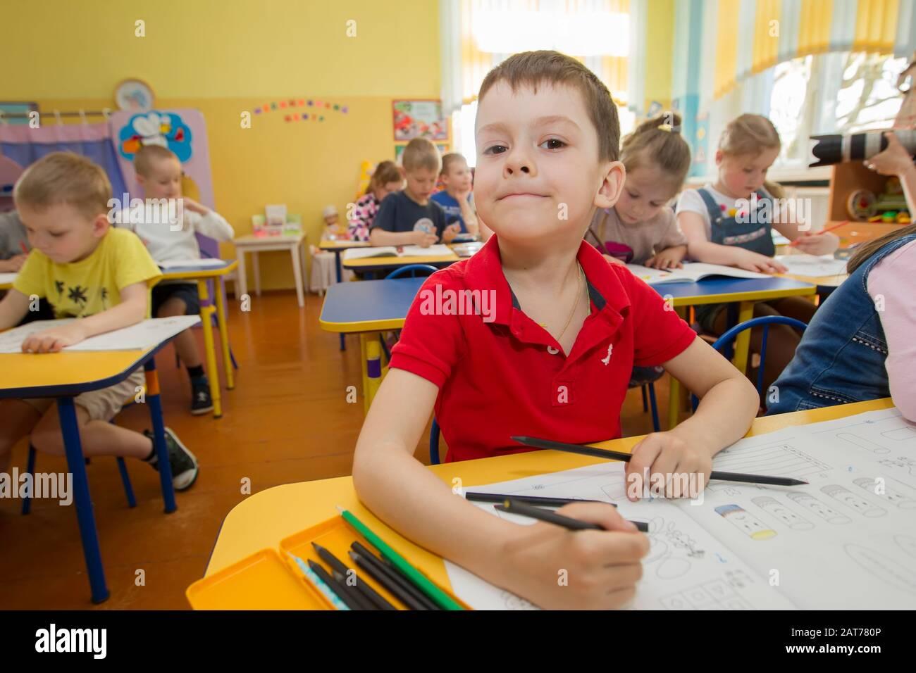 Biélorussie, la ville de Gomel, 25 avril 2019. Ouvert la journée à la maternelle.Boy attire dans la salle de classe. Banque D'Images