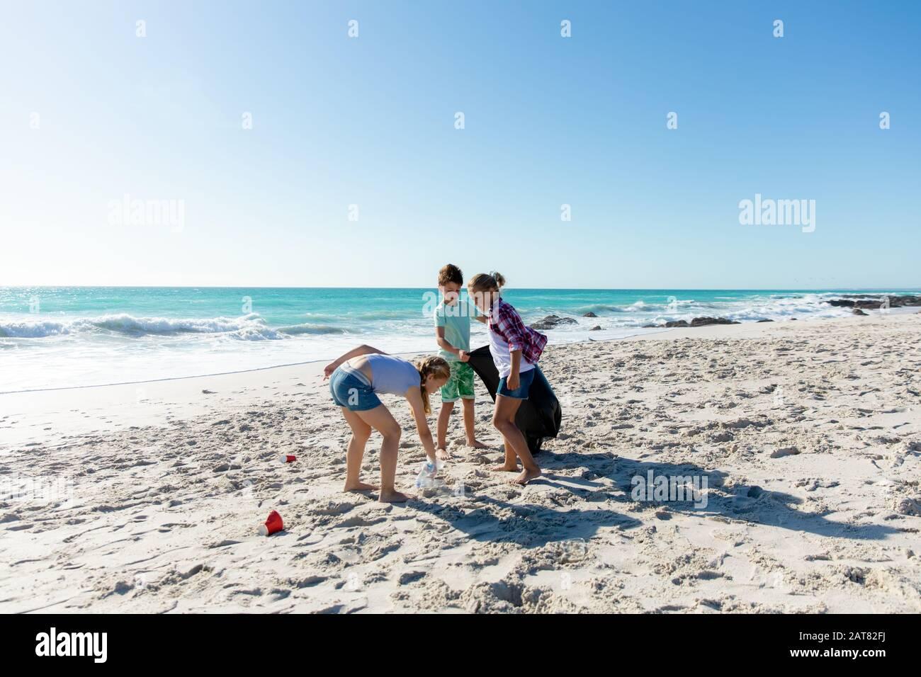 Frère et sœurs s'amuser à la plage Banque D'Images