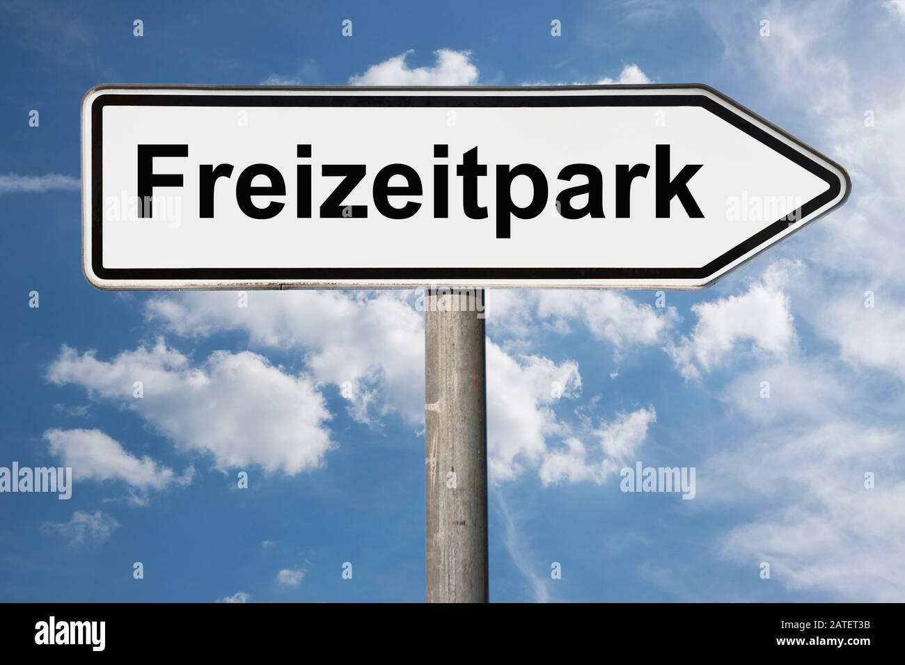 Photo détaillée d'une pancarte portant l'inscription Freizeitpark (parc d'attractions) Banque D'Images