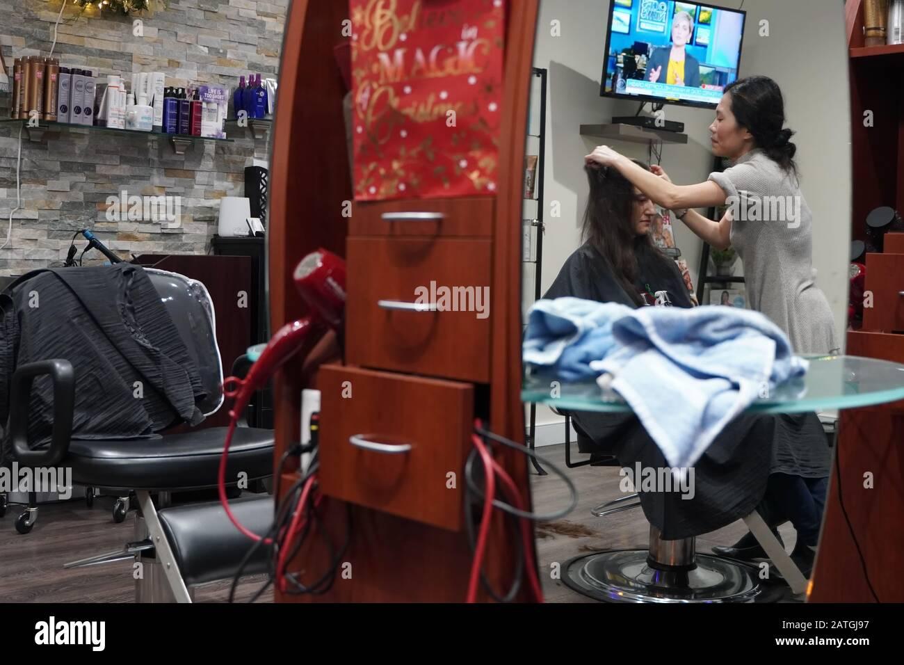 Coupe De Cheveux Dans Un Miroir Banque D Image Et Photos Alamy