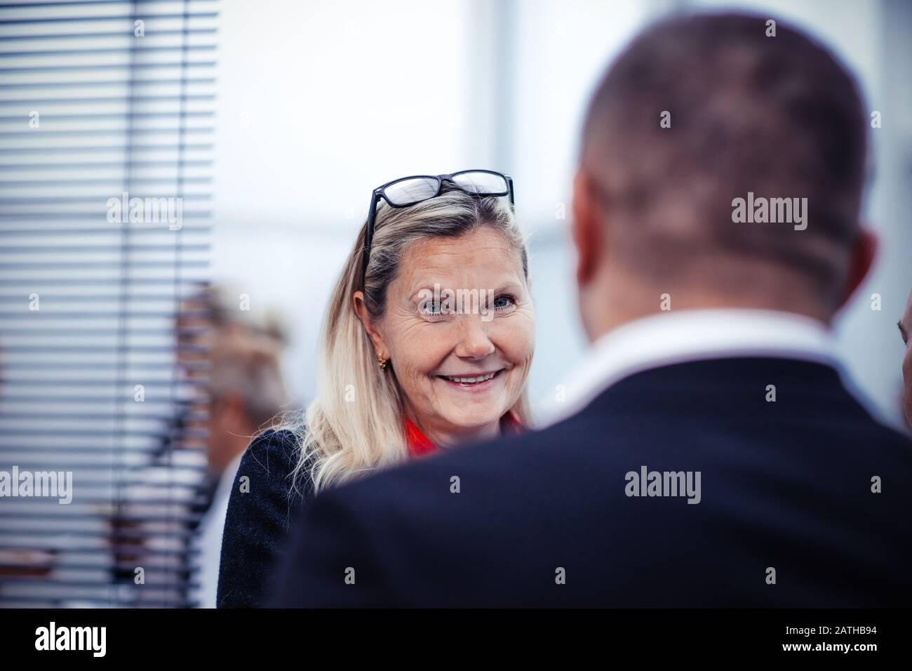 Close up. personnes âgées man à sa collègue Banque D'Images