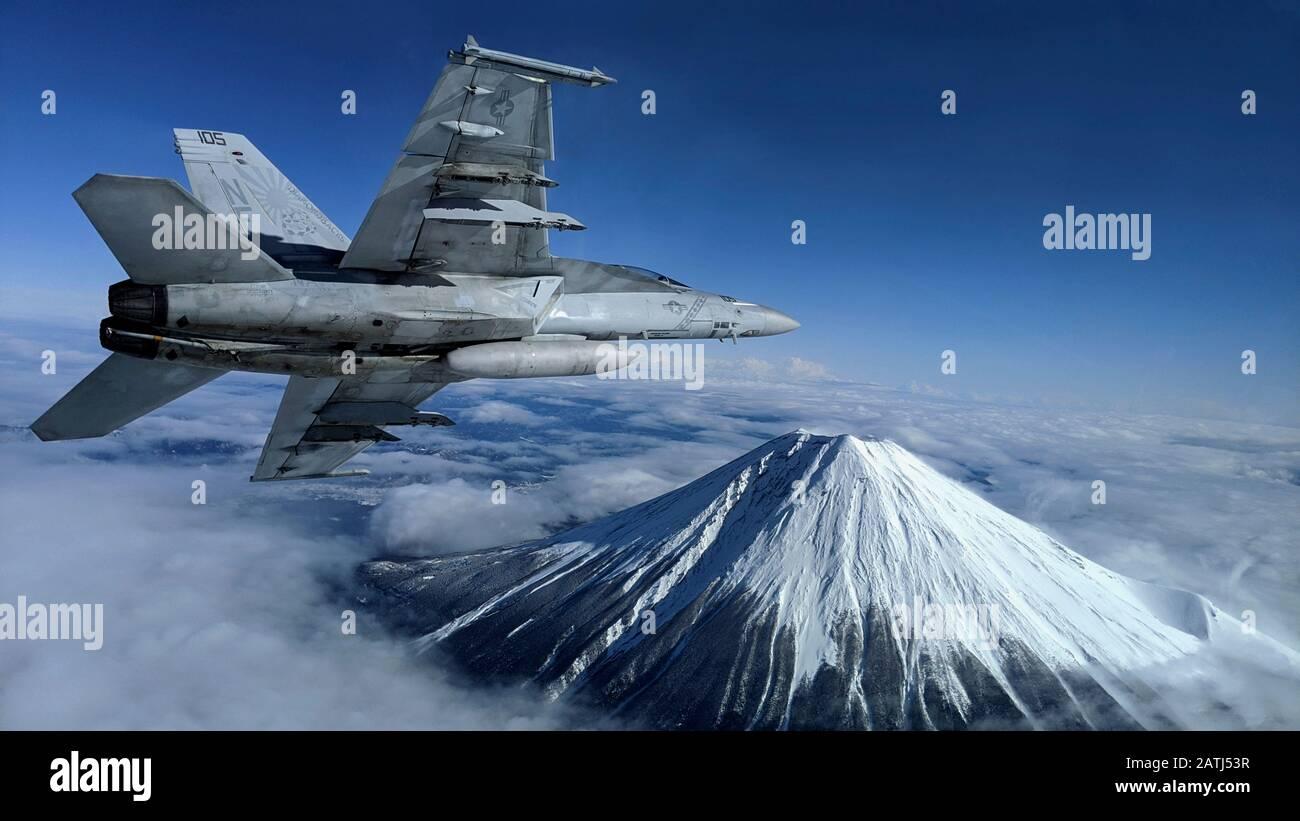 Un avion de chasse Super Hornet de la marine américaine F/A-18 F effectue un tour bancaire près du monument japonais Mt. Fuji pendant les opérations de vol le 29 janvier 2020 près d'Atsugi, Japon. Banque D'Images